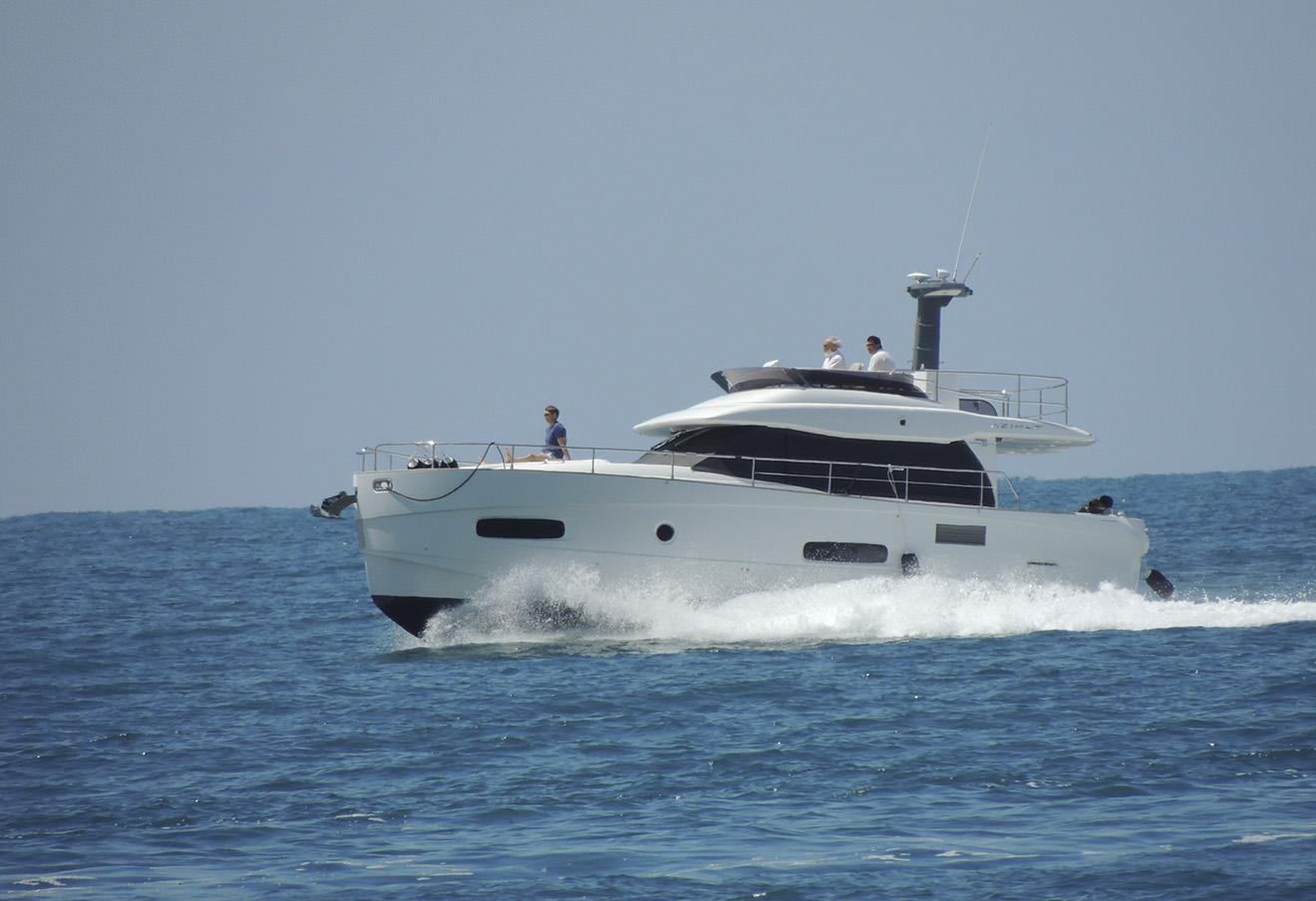 Пожилой человек, похожий на патриарха, управляет яхтой Azimut
