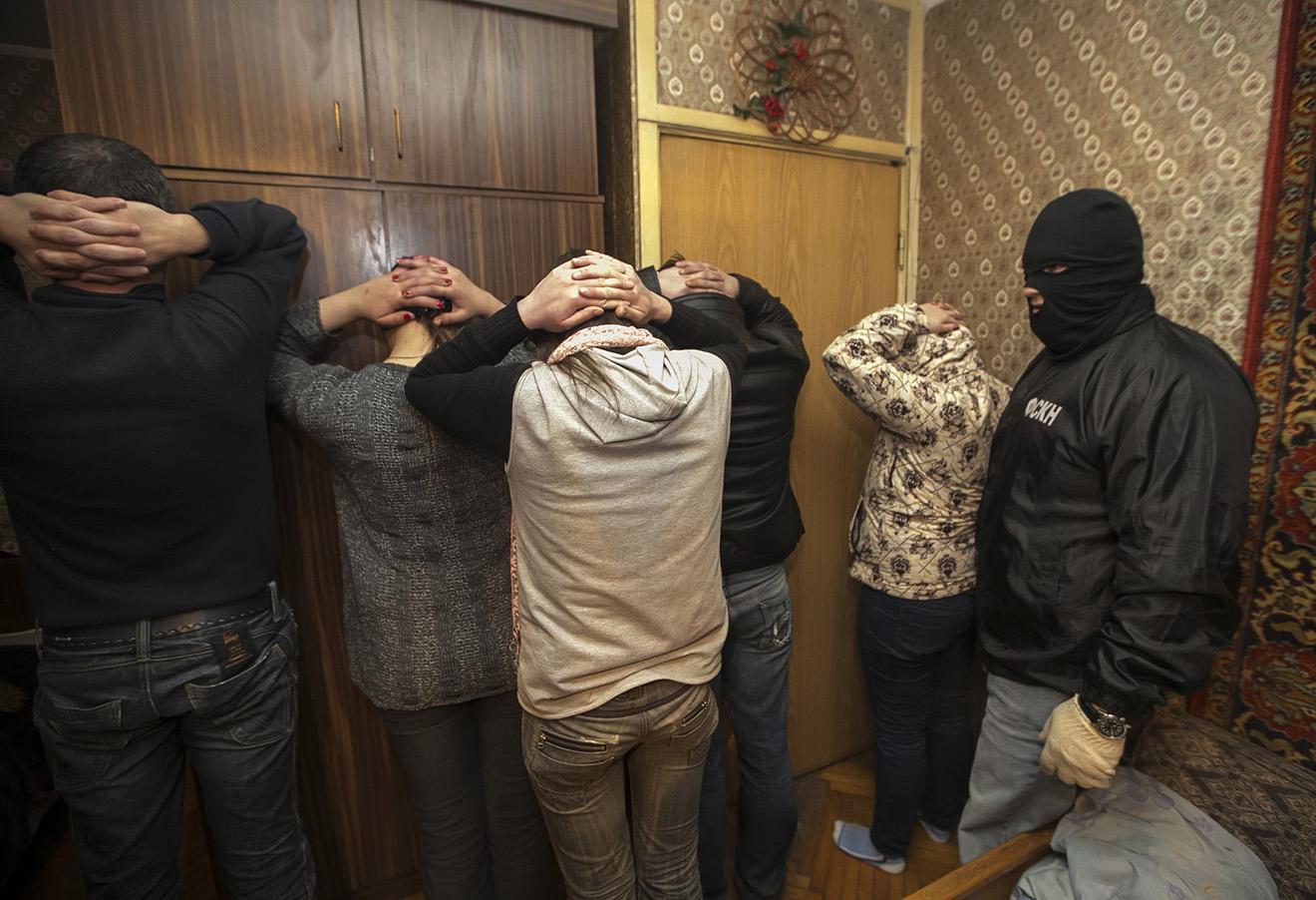 Сотрудник ФСКН во время задержания посетителей наркопритона в Москве, 2013 год. Фото: Геннадий Хамельянин / ТАСС
