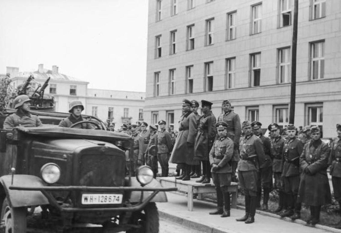 Совместный парад войск Красной армии и вермахта в Бресте. На трибуне — немецкий генерал Хайнц Гудериан и советский комбриг Семен Кривошеин, 1939 год