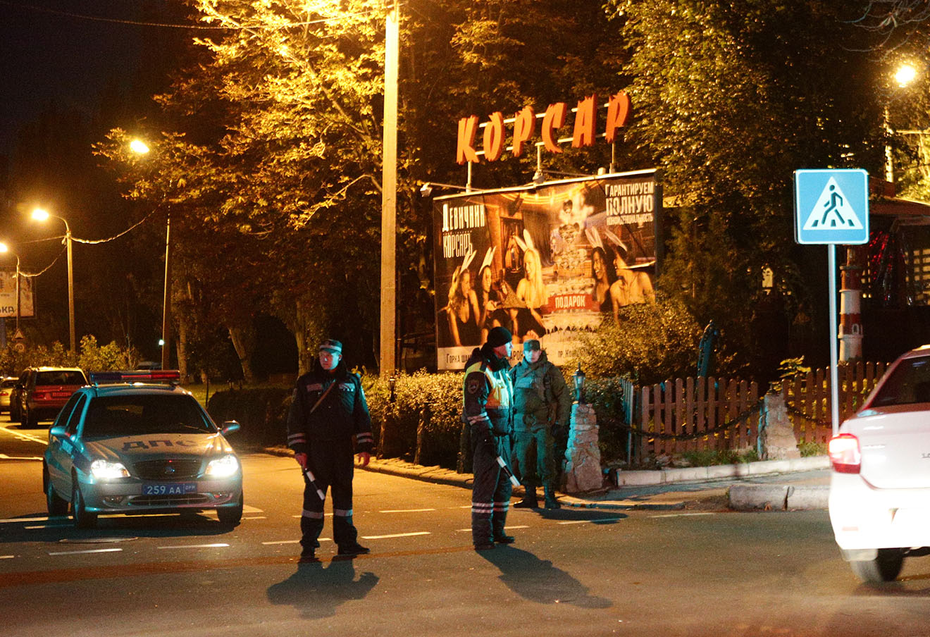 Оцепление на улице Челюскинцев у дома, где при взрыве погиб Арсен Павлов, Донецк, 16 октября 2016 года. Фото: Михаил Соколов / ТАСС