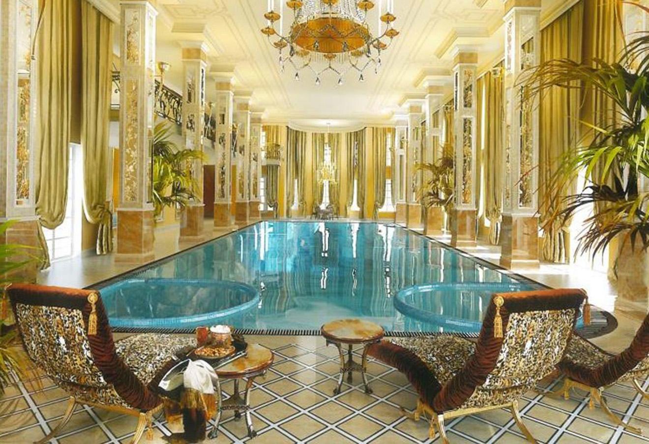 Бассейн расположен на первом этаже, его дополняют хамам и массажная комната. Фото: moskvadeluxe.ru