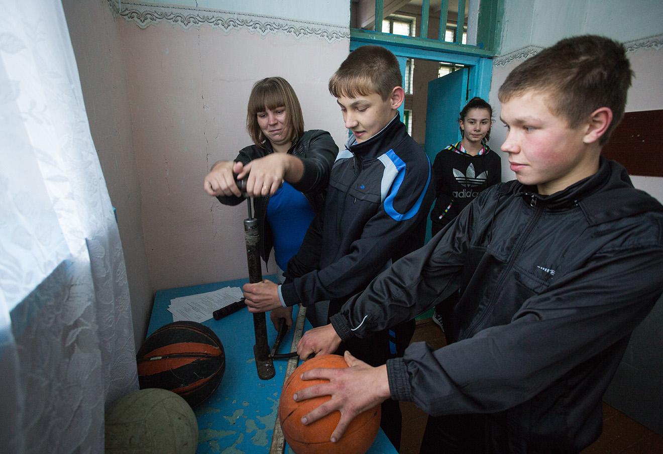 Дети во время урока физкультуры в Бакинской основной школе Омской области.