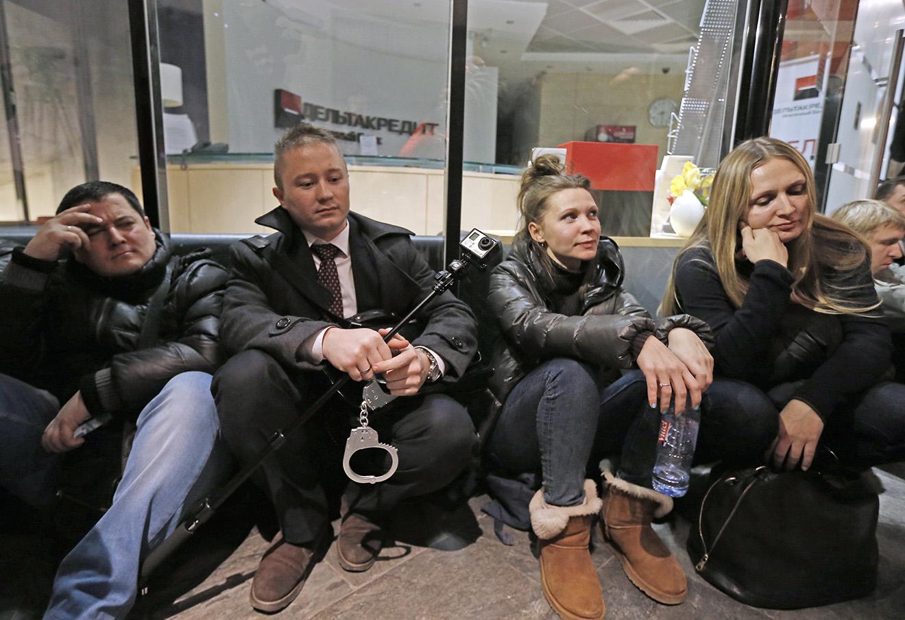 Участники акции протеста валютных заемщиков в здании банка «ДельтаКредит» на Моховой улице, 20 января 2016 года.