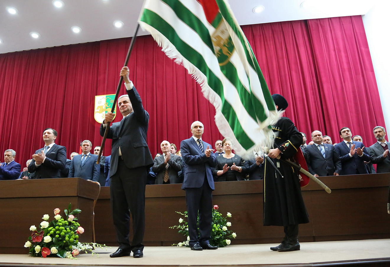 Рауль Хаджимба (слева на первом плане) на церемонии вступления в должность, сентябрь 2014 года.
