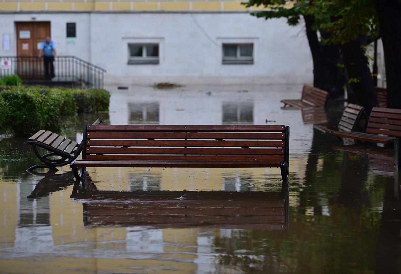 После дождя у здания Института стран Азии и Африки (ИСАА) Московского государственного университета имени М.В. Ломоносова на Моховой улице, 22 июля 2016 года.