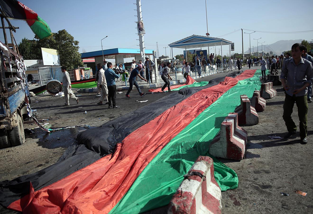 На месте теракта в Кабуле, 23 июля 2016 года.