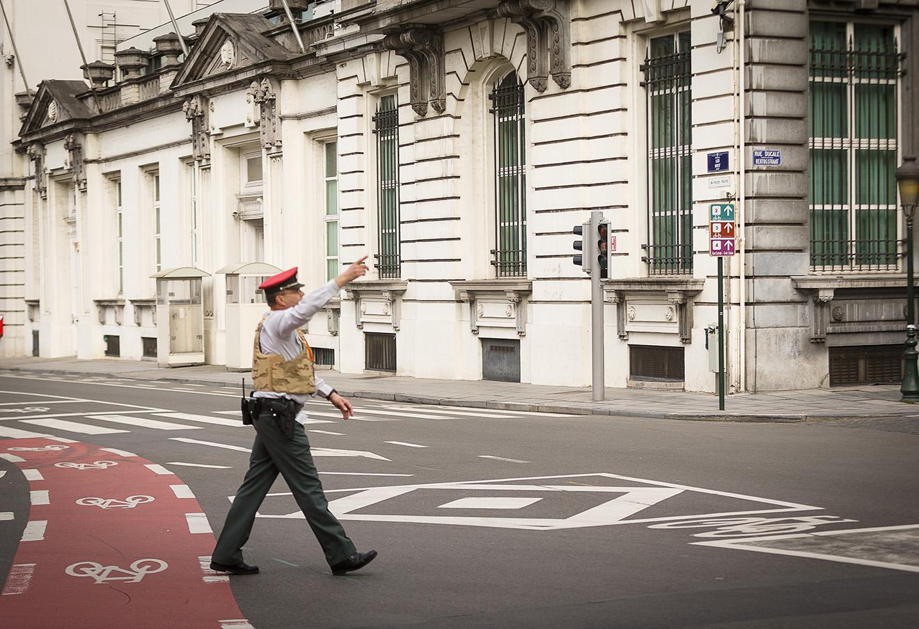 Полицейский перекрывает дорогу в Брюсселе.