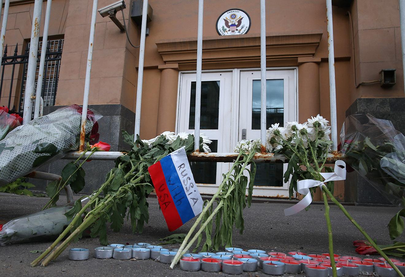 Цветы у посольства США в Москве в память о жертвах нападения на ночной клуб в Орландо.