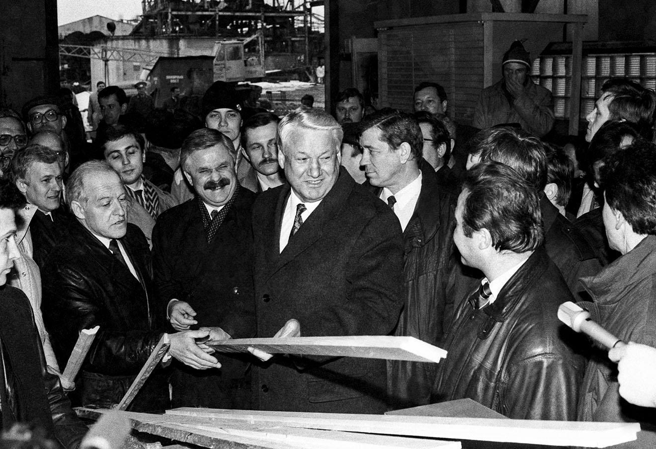 Борис Ельцин и вице-президент Александр Руцкой (в центре) в цехе строительных конструкций агропромышленного комплекса «Интерферма», 1992 год.