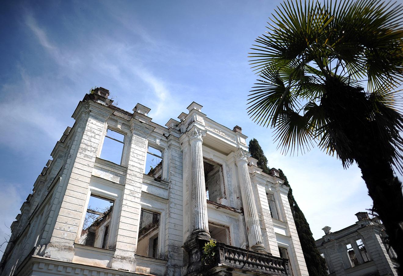 Заброшенный дворец князя Сметского в Сухуми.