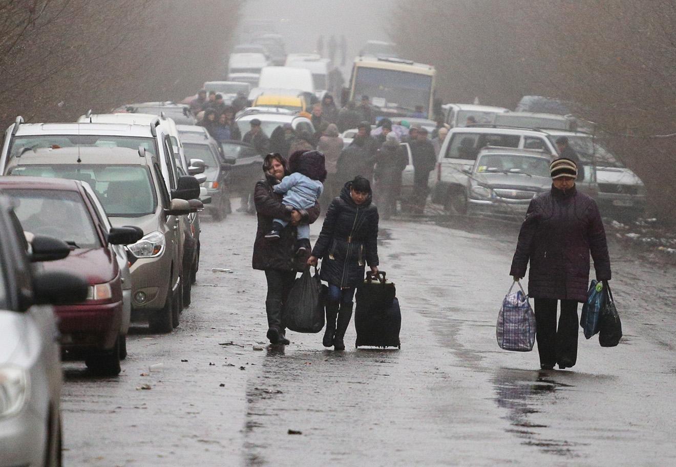 Очередь на КПП «Зайцево» на линии разграничения ДНР и Украины, 25 ноября 2015 года.