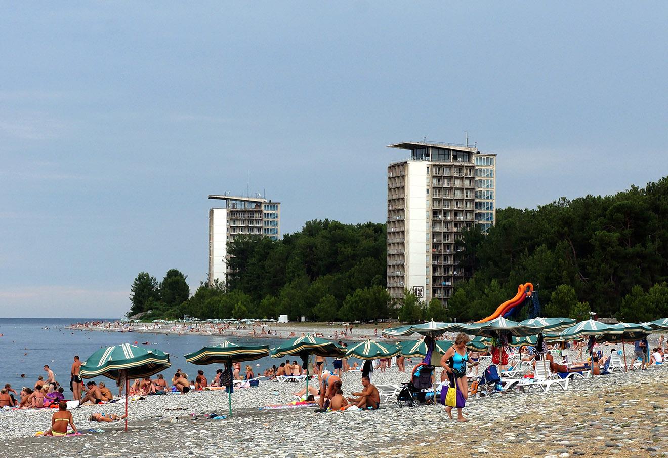 Пляж в Пицунде.