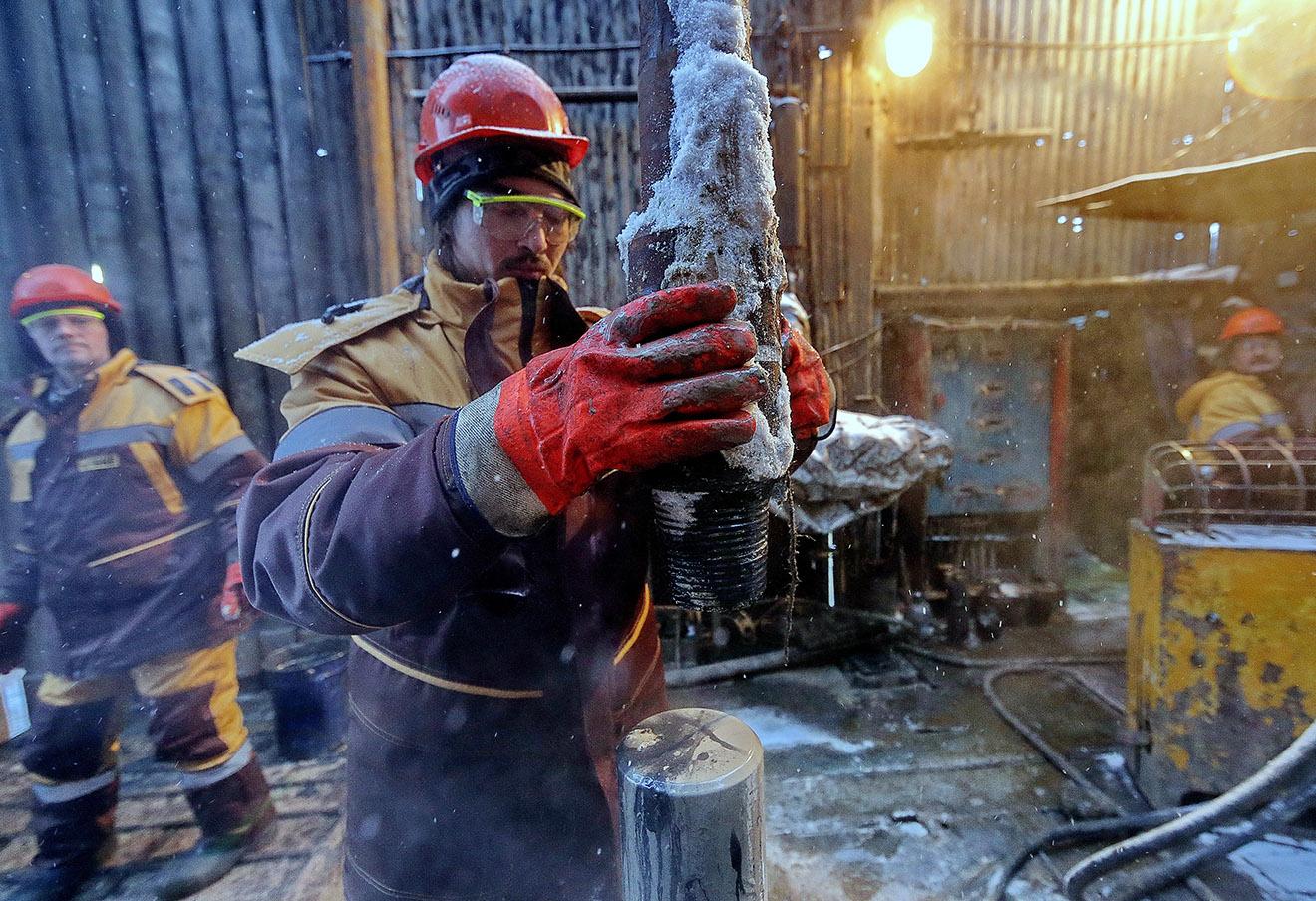 Буровая установка на Южно-Приобском месторождении ОАО Газпром нефть.