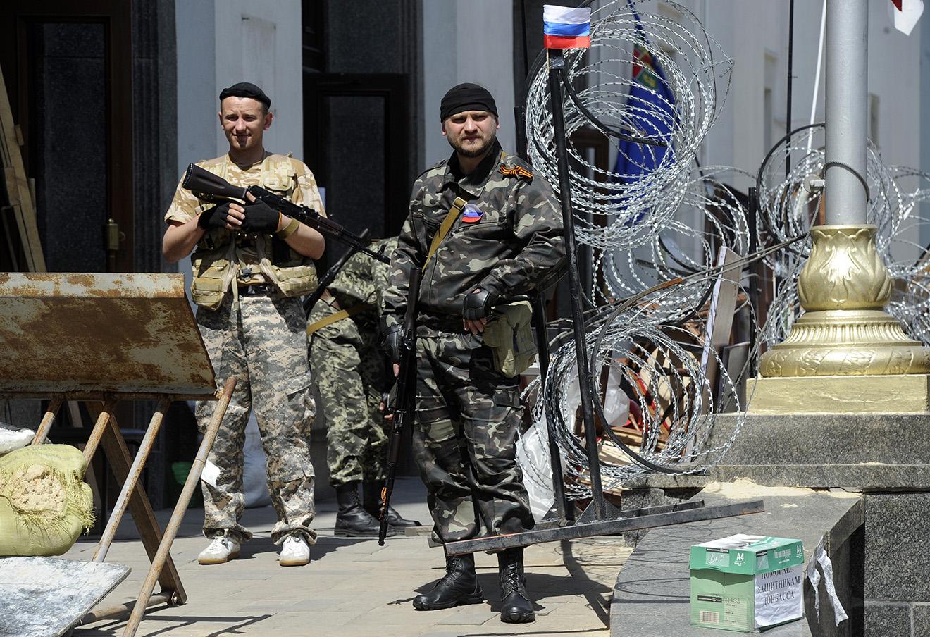 Ополченцы у здания областной администрации Луганска, май 2014 года. Фото: Валерий Матыцин / ИТАР-ТАСС