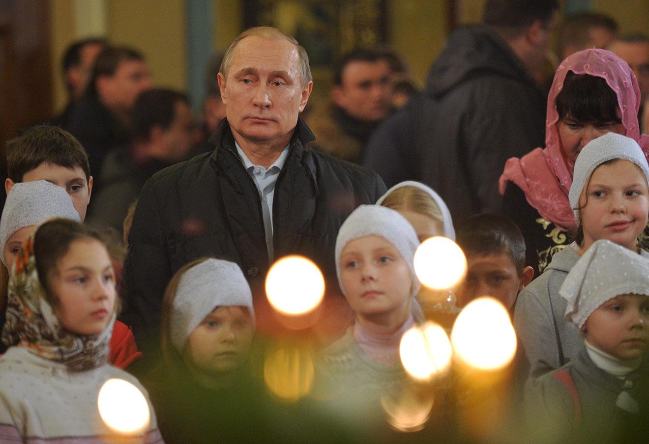 Владимир Путин во время Рождественского богослужения в храме Покрова Богородицы в деревне Тургиново.