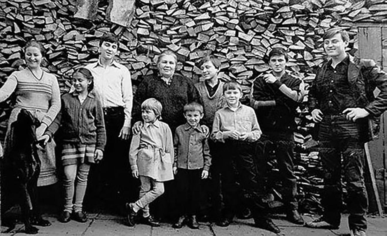 Семья Овечкиных. Слева направо: Ольга, Татьяна, Дмитрий, Нинель Сергеевна с Ульяной и Сергеем, Александр, Михаил, Олег, Василий.