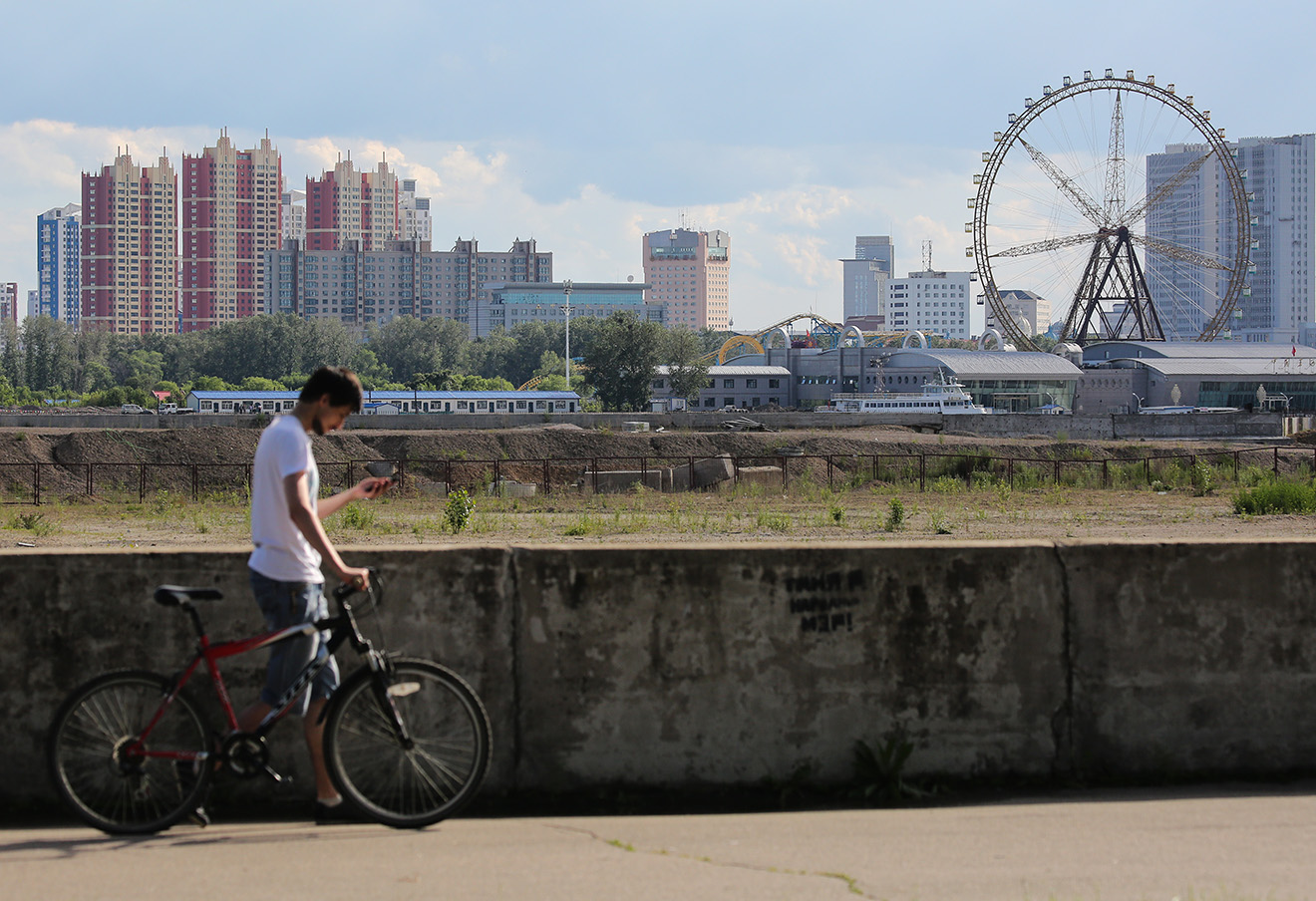 Благовещенск. Вид на набережную реки Амур и город Хэйхе (Китай). Фото: Александр Рюмин / ТАСС
