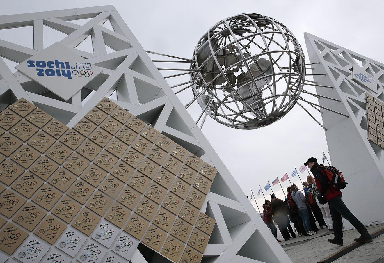 Скульптурная композиция «Стена чемпионов Игр» в Олимпийском парке в Сочи.