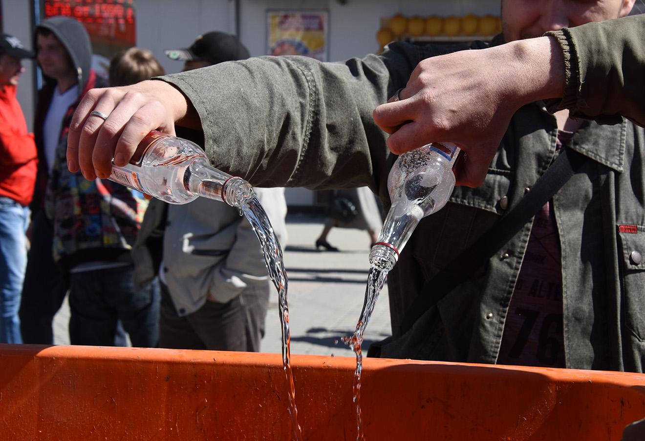 Акция по уничтожению контрафактного алкоголя с поддельными акцизными марками.