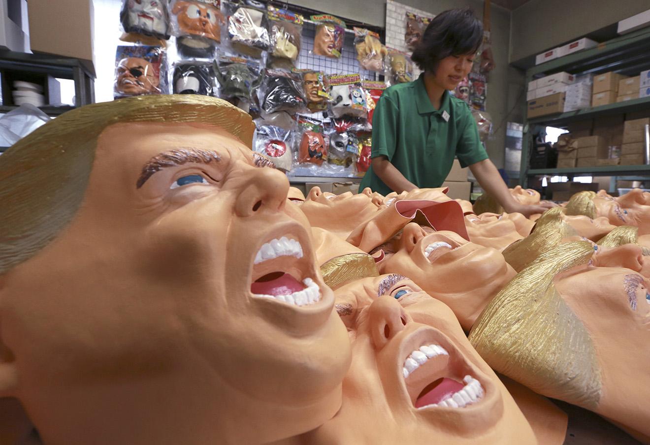 Резиновые маски, изображающие избранного президента Дональда Трампа. Токио, 15 ноября 2016. Фото: Eugene Hoshiko / AP / East News