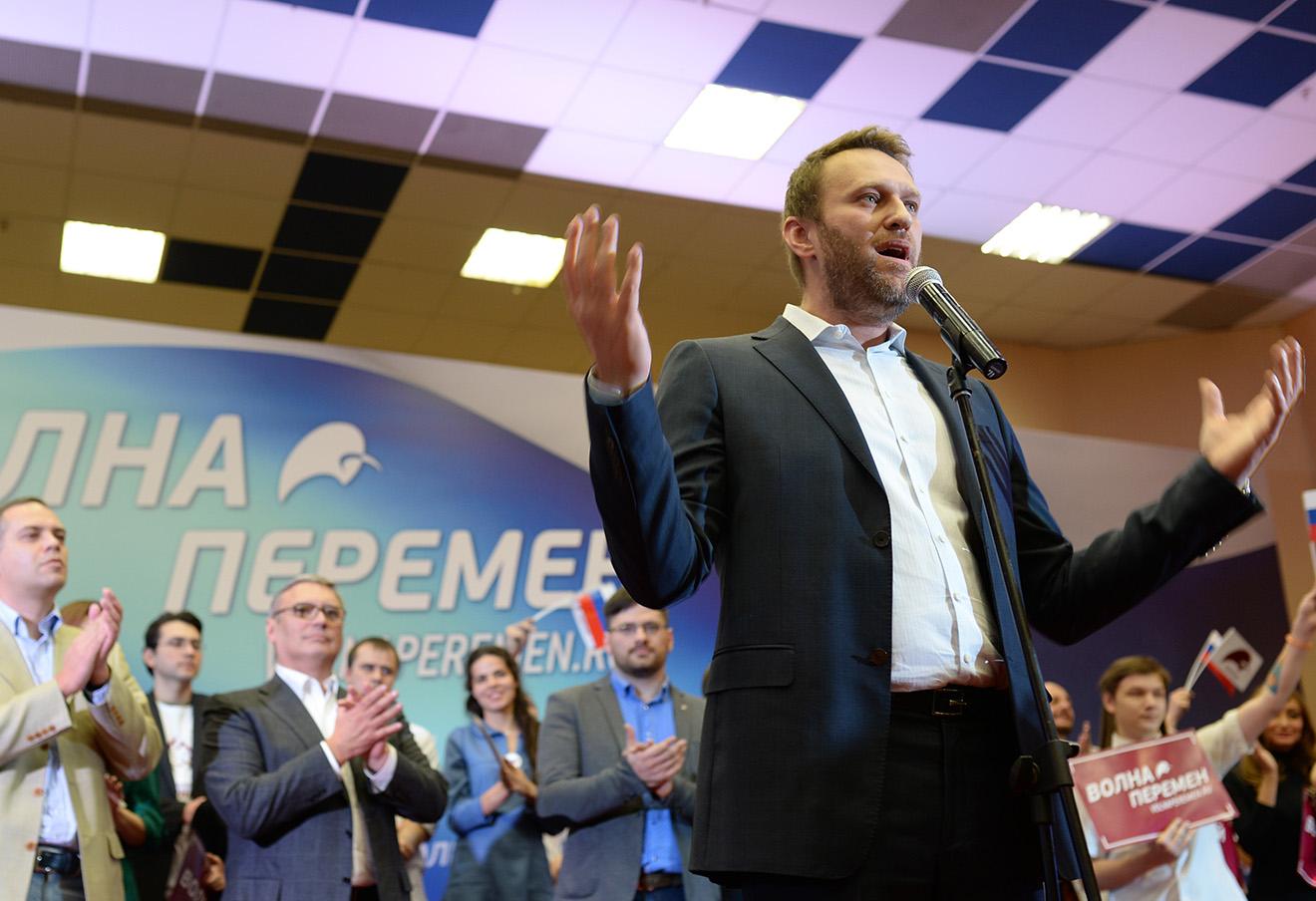 Алексей Навальный (на первом плане), председатель партии «Демократический выбор» Владимир Милов и председатель партии РПР-Парнас Михаил Касьянов (слева направо на втором плане) на форуме «Демократической коалиции».