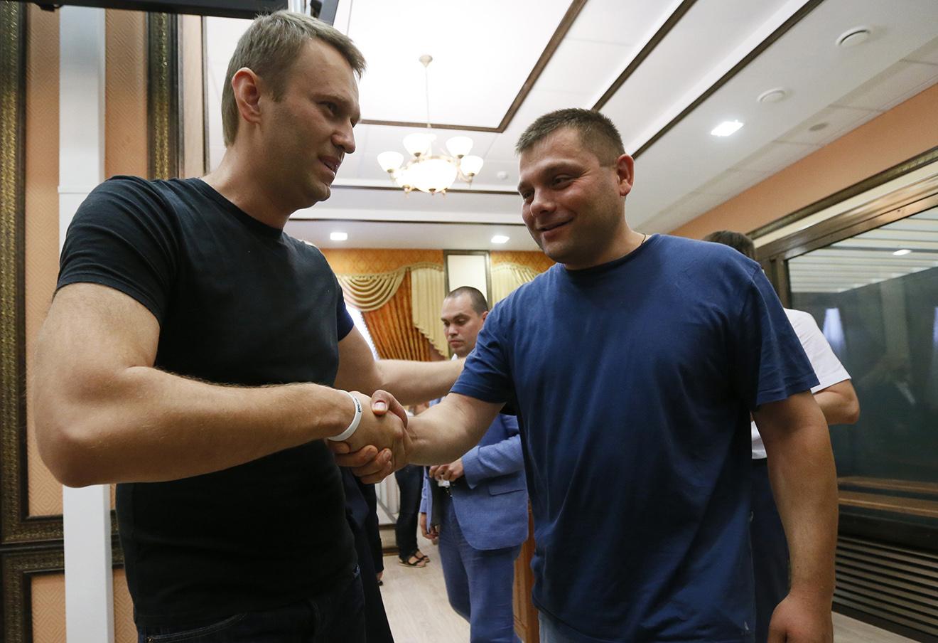 Алексей Навальный и Петр Офицеров. Фото: Дмитрий Ловетский