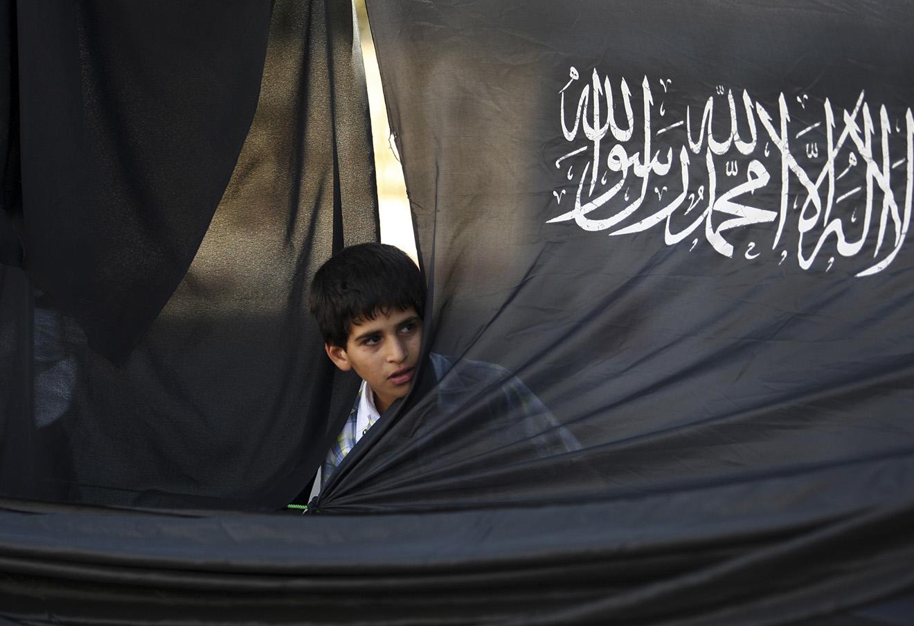 Палестинский мальчик на акции сторонников «Хизб ут-Тахрира» в Рамалле.