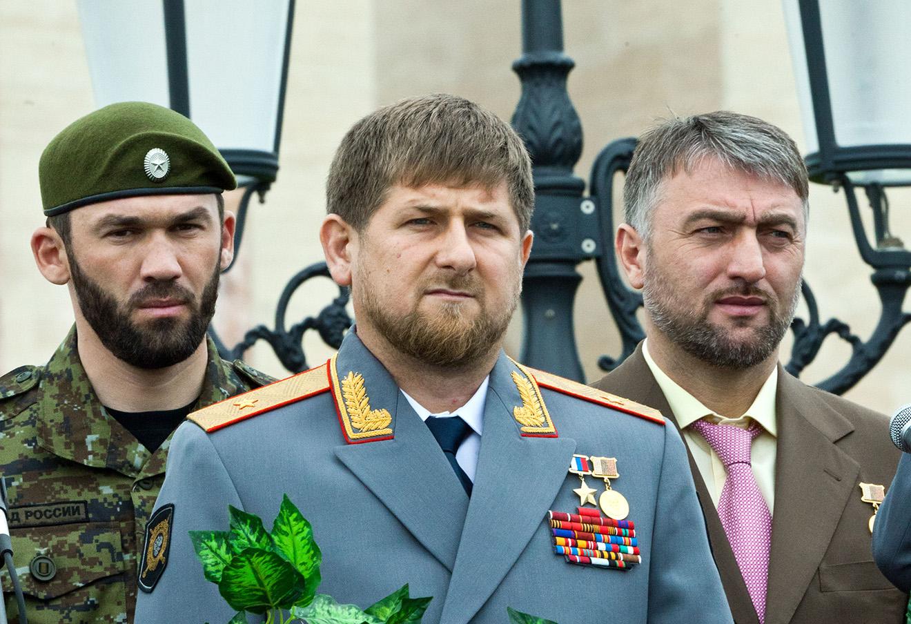 Рамзан Кадыров со спикером парламента Чечни Магомедом Даудовым (слева) и депутатом ГД Адамом Делимхановым.