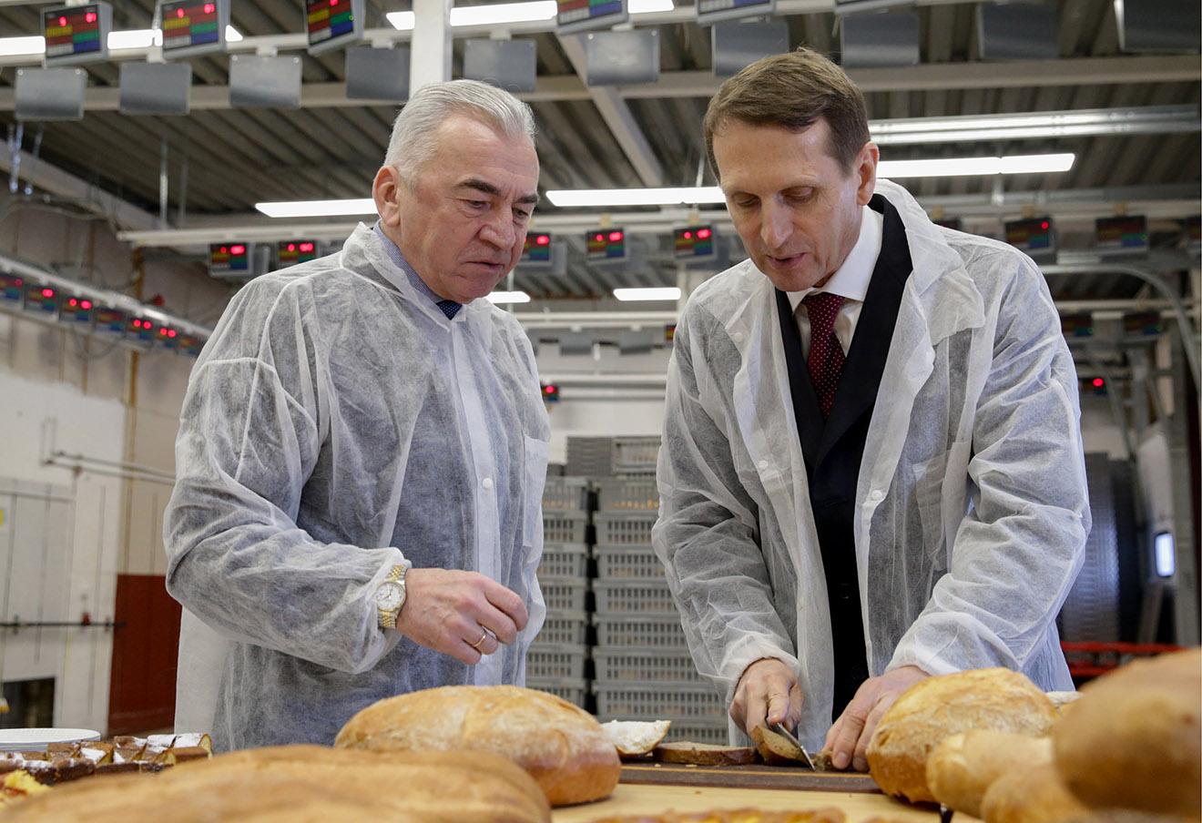 Сергей Нарышкин (справа) во время посещения пекарни «Хлебная Усадьба» в деревне Бегуницы.