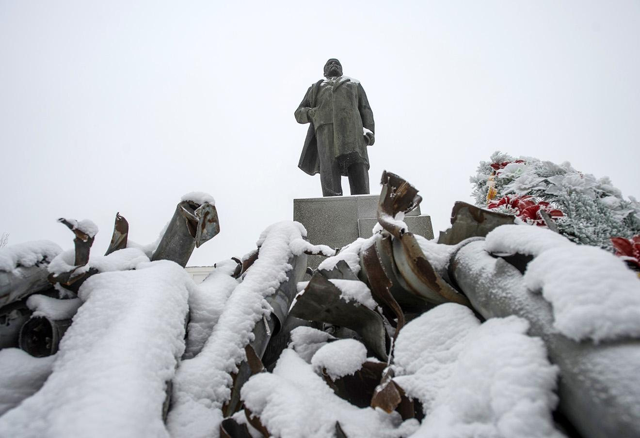 Памятник Ленину и осколки боеприпасов в Первомайске, Украина.