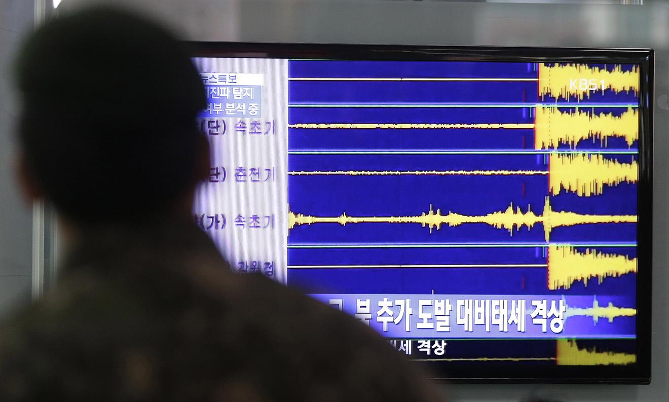 Южнокорейский военный наблюдает за сейсмической активностью после третьих ядерных испытаний Северной Кореи, 12 февраля 2013 года.