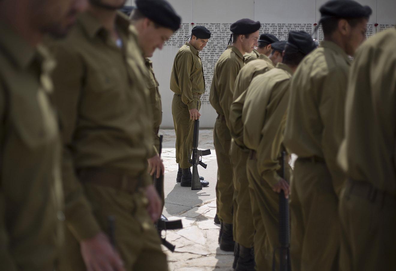 Израильские солдаты у мемориала погибшим за время конфликта между евреями и арабами.