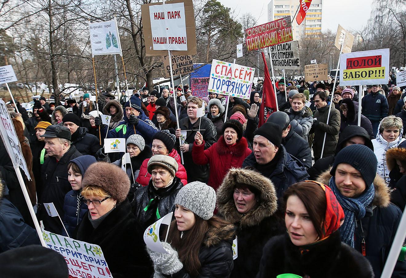 Участники митинга против строительства храма на территории парка «Торфянка» в Лосиноостровском районе, 21 февраля 2016 года.