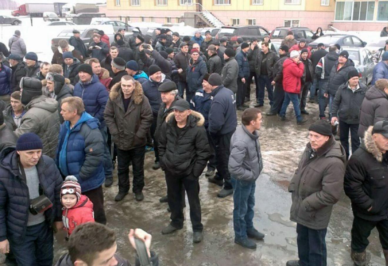 Екатеринбургские дальнобойщики, с акцией протеста «Нет Платону!» на стоянке большегрузов на 30-м км Тюменского тракта.