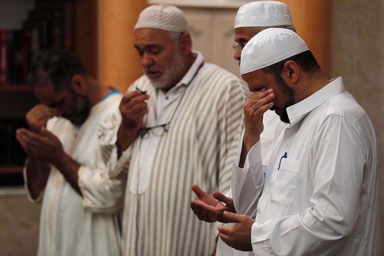 Молитва по мусульманам, погибшим в результате теракта в Ницце, в одной из мечетей близ города.