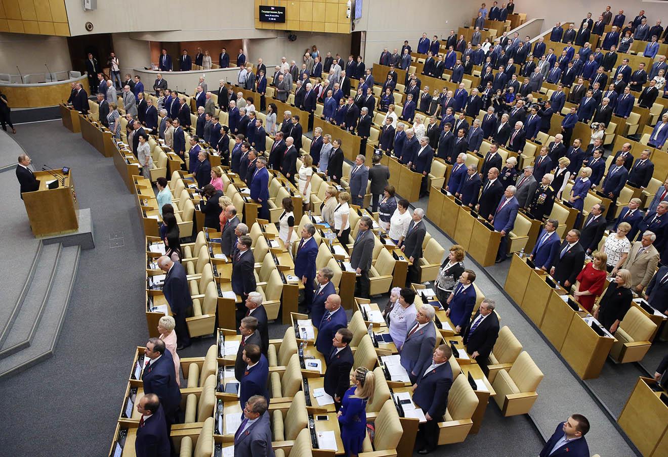 Владимир Путин и депутаты Госдумы РФ перед началом пленарного заседания, 22 июня 2016 года.