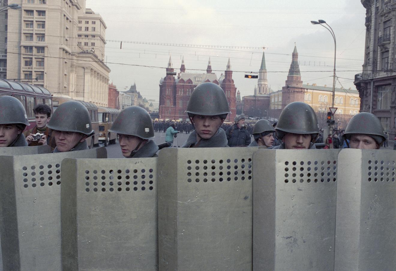 Милиция перекрывает вход на Манежную площадь, 1991 год. Фото: Завьялов Владимир / Фотохроника ТАСС