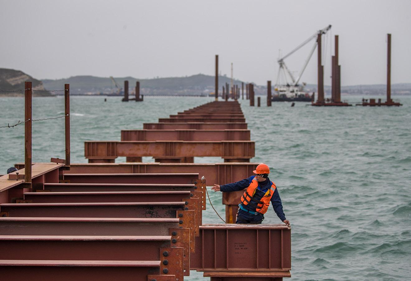 Строительство рабочего моста №2 через Керченский пролив. Фото: Сергей Бобылев / ТАСС