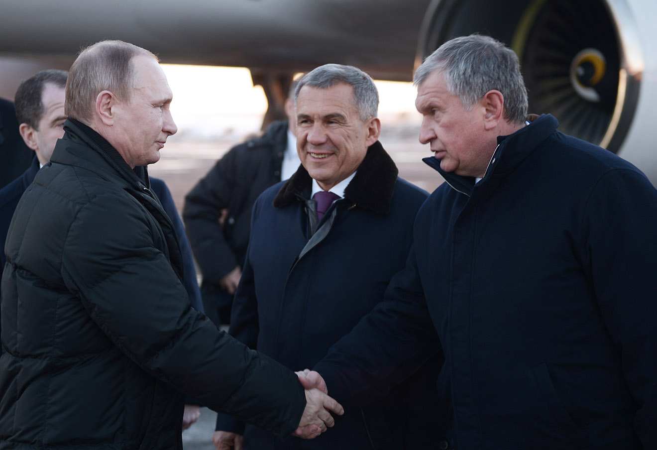 Владимир Путин и Игорь Сечин (справа).