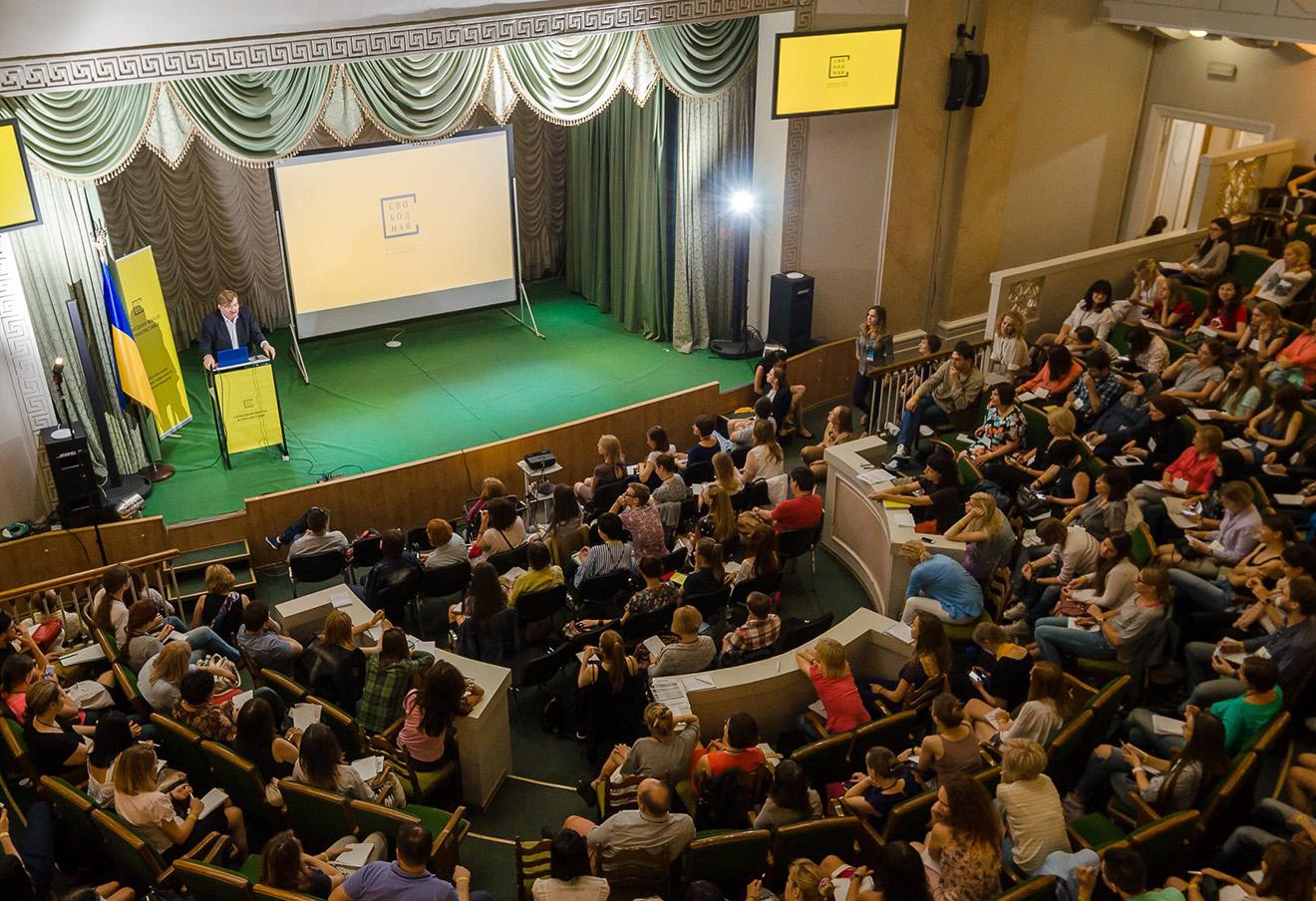 Евгений Киселев на летнем лектории Свободной школы журналистики в Киеве.