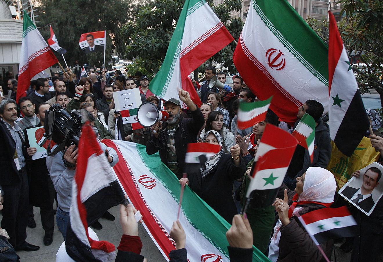 Сторонники Башара Асада с флагами Ирана и Сирии. Дамаск, 2011 год.