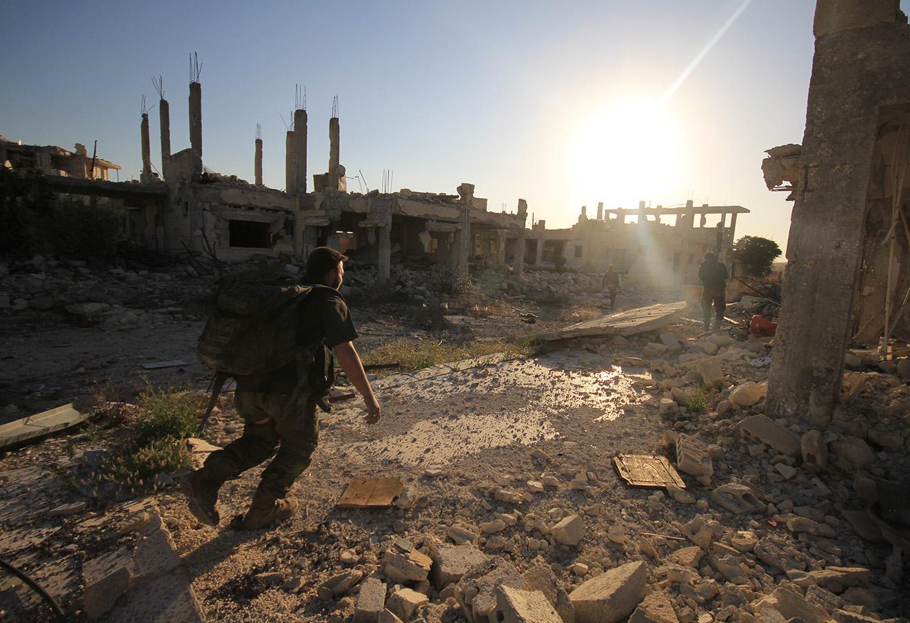 Боевые действия между повстанцами и правительственными войсками в лагере палестинских беженцев Хандарат к северу от Алеппо, 16 августа 2016 года. Фото: Louai Barakat / ТАСС
