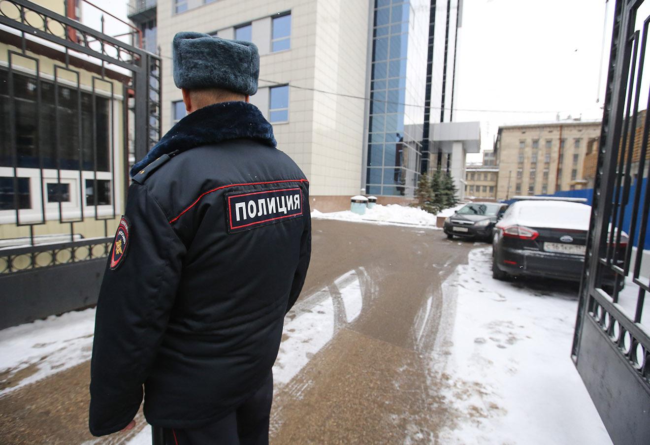 У входа в здание Следственного комитета РФ, 15 ноября 2016 года. Фото: Антон Новодережкин / ТАСС