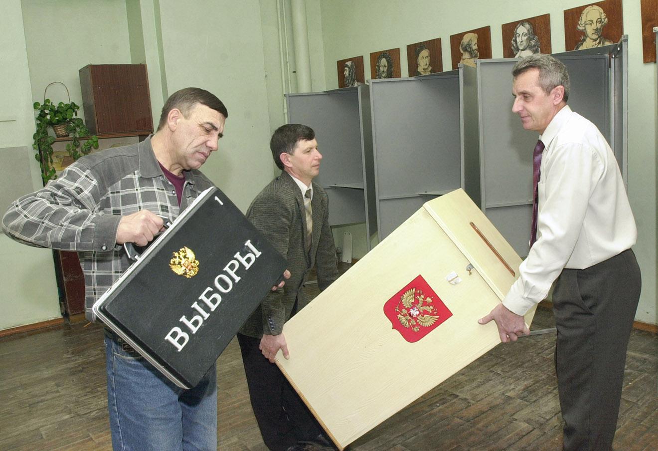 Подготовка помещения для голосования на выборах в Госдуму в белгородской гимназии №9, 2003 год.