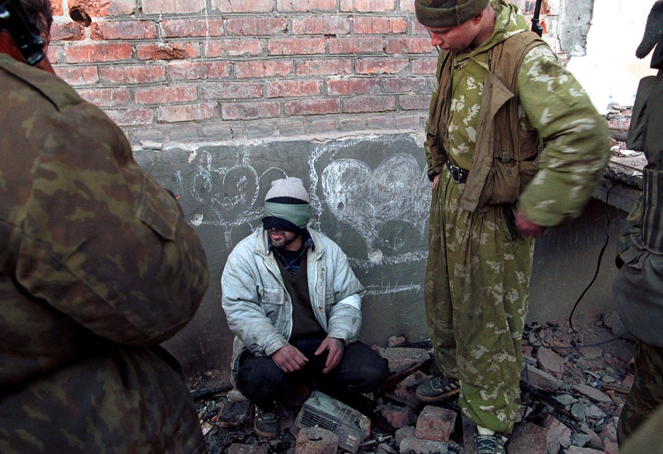 Пленник бойцов подразделений федеральных сил, вторая чеченская война, 2000 год.