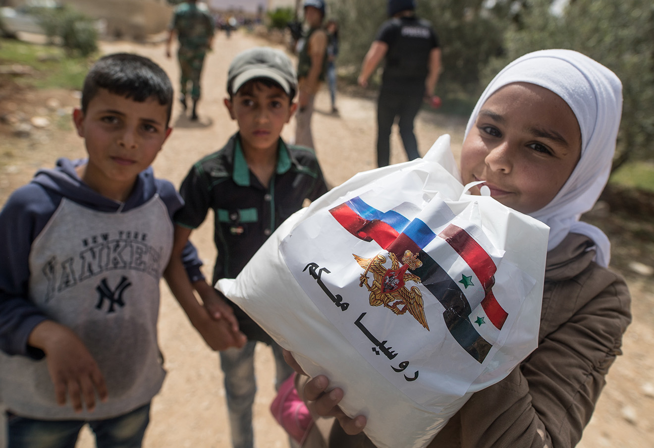 Дети во время раздачи гуманитарной помощи от России в поселке Алкин.