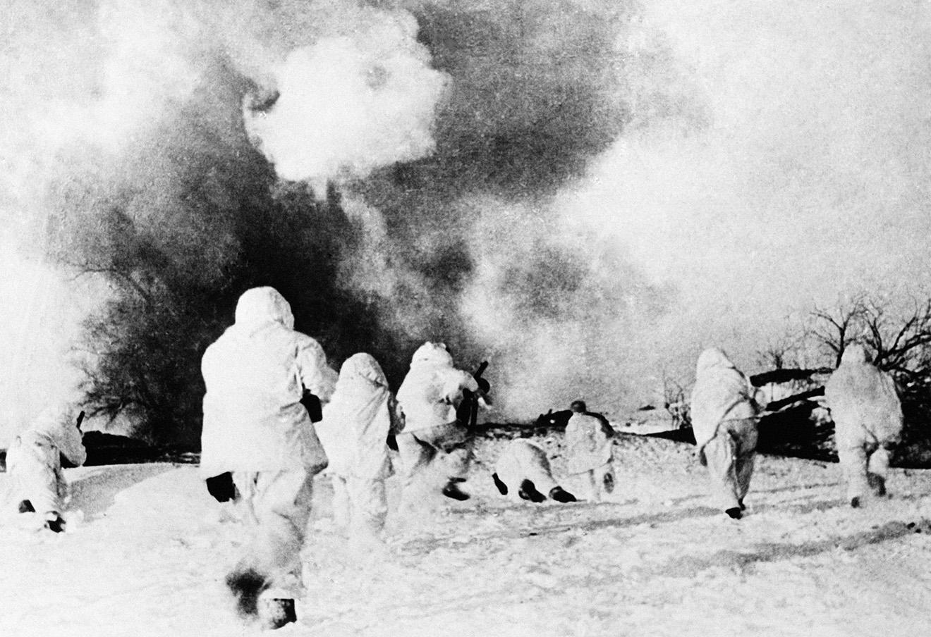 Разгром немецких войск под Москвой. Бойцы 5-й армии идут в наступление, 1941 год.