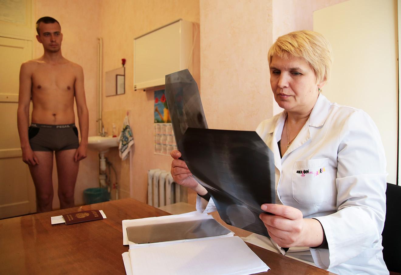 Призывник во время прохождения медицинской комиссии. Фото: Александр Карпушкин / ТАСС