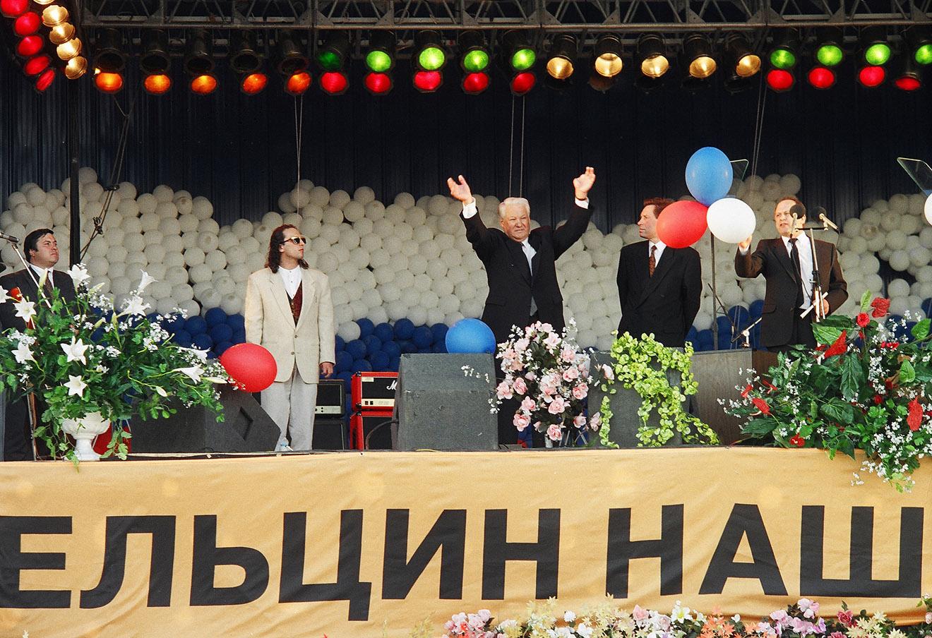 Борис Ельцин (в центре), губернатор Санкт-Петербурга Владимир Яковлев (второй справа) и актер Дмитрий Нагиев (второй слева) во время предвыборной агитации на Дворцовой площади, 1996 год. Фото: Павел Маркин / Интерпресс / ТАСС