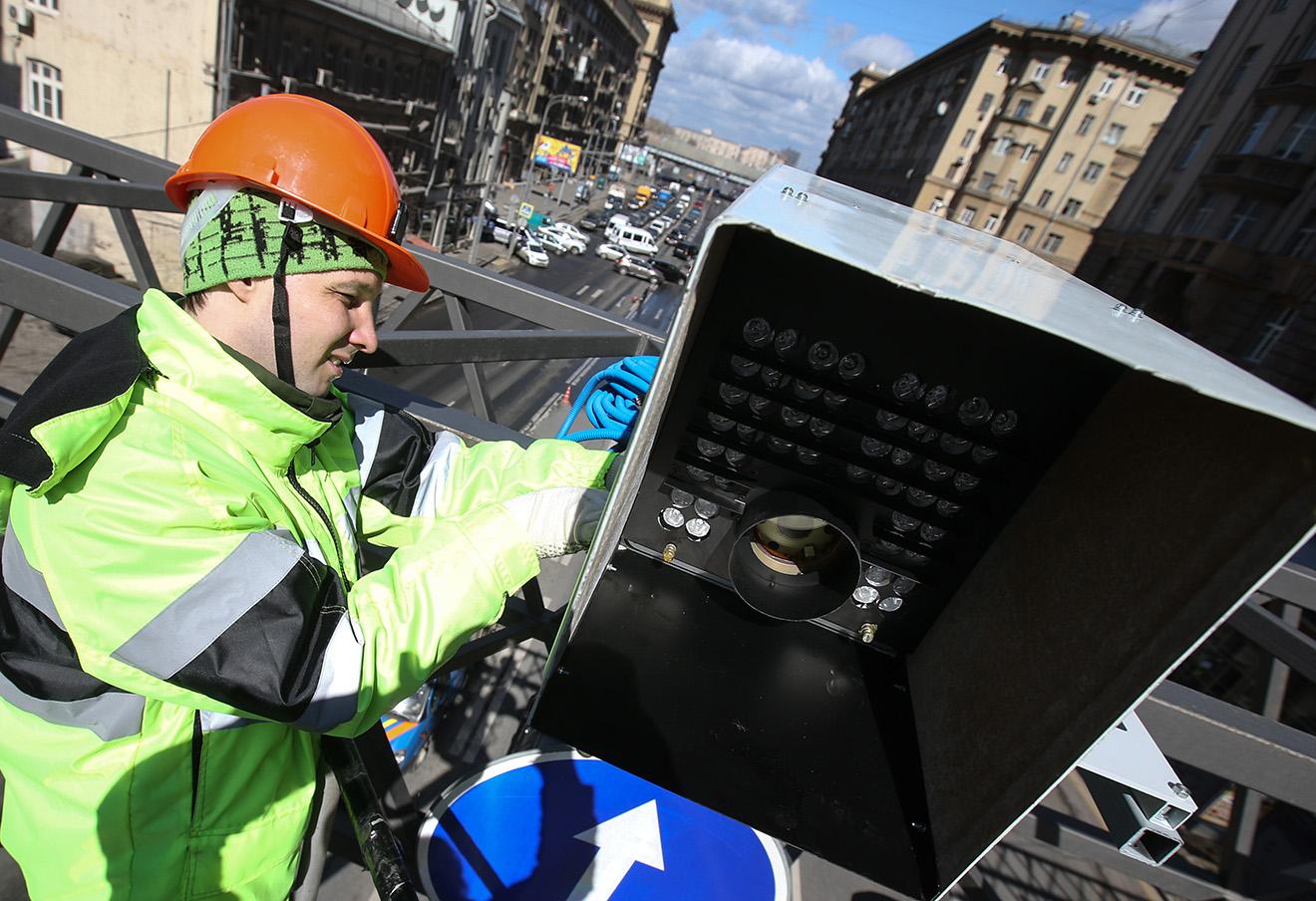 Установка камеры фотовидеофиксации нарушений правил дорожного движения на проспекте Мира в Москве.